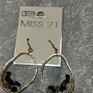 Unique goldtone earrings with Black beads